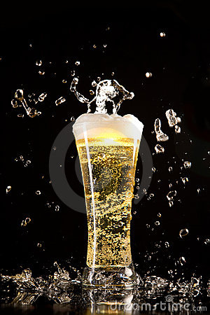 Free Beer Glass With Water Splashes Royalty Free Stock Images - 6868559