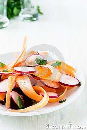 Free Beet Carrot Radish Salad On White Plate Stock Photography - 39178392