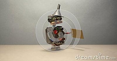 Begrepp för jobbsökande Roboten önskar att få ett jobb Rolig arbetslös leksakrobot som går med ett papptecken och lager videofilmer