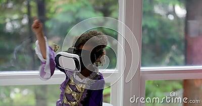 Behandla som ett barn flickan som använder virtuell verklighethörlurar med mikrofon 4k lager videofilmer