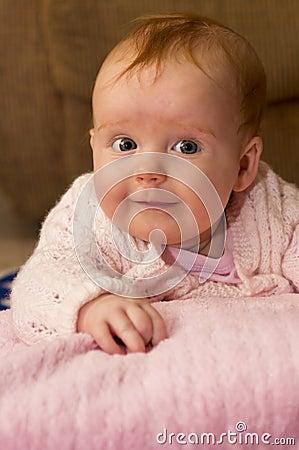 Behandla som ett barn flickan i rosa färger
