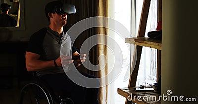 Behinderter Mann, der Videospiel auf Kopfhörer 4k der virtuellen Realität spielt stock video footage