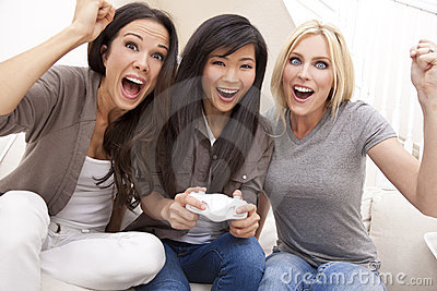 Bei amici delle donne che giocano i video giochi