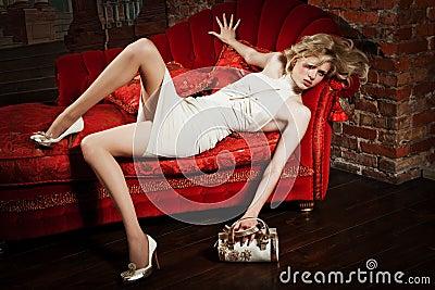 Beige klänningflicka