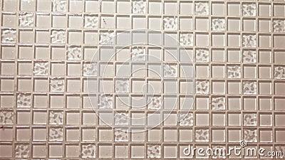 Beige Mosaik des Beschaffenheitshintergrundes, kleine quadratische transparente Fliesen auf der Wand Glasplatte für die Küche stock video