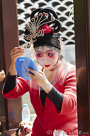 Free Beijing Opera Actress Makeup And Comb Hair Stock Images - 70696464