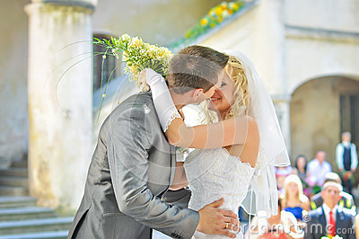 Beijo da noiva e do noivo
