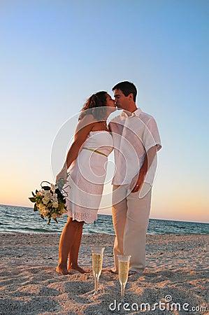 Beijo dos pares do casamento de praia