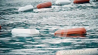 A beira da área nadadora no mar identificado por meio de flutuação buoys vídeos de arquivo