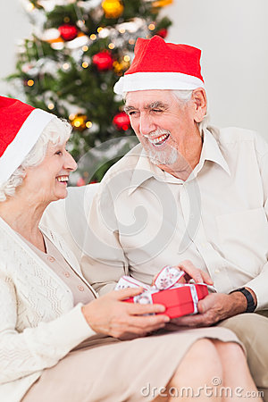 Bejaard paar dat Kerstmisgiften ruilt
