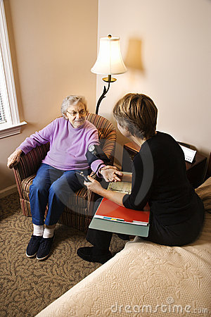 Bejaarde die Genomen Bloeddruk heeft