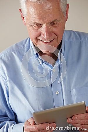 Bejaarde die tablet gebruikt