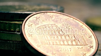 Bekende Roman Colloseum op de Italiaanse munt van 5 eurocent, macroschoen stock video