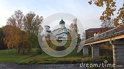 Bekijk de Epiphany-kerk in Brody, avond Pskov, Rusland stock video
