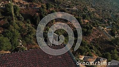 Bekijk de kerk van Panagia Chrysokorfitissa in het dorp Korfi district Limassol, Cyprus stock footage
