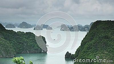 Bekijk halong bay vanuit de uitkijk op het bovenste eiland stock footage