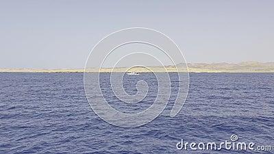 Bekijk het van de boot op de kalme blauwe zee stock videobeelden
