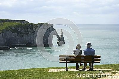 Bekijkend de oceaan in Etretat Redactionele Foto