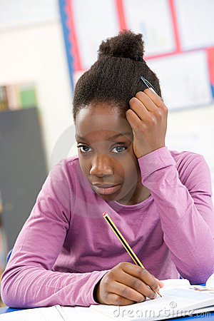 Beklemtoond Schoolmeisje dat in Klaslokaal bestudeert