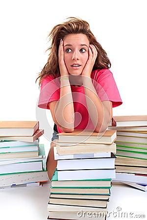 Beklemtoonde tiener met boeken