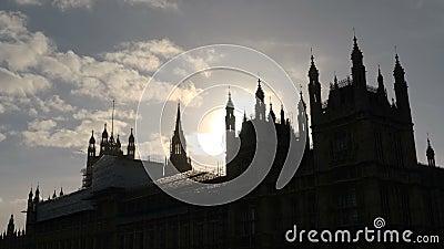 Bel éclat de Sun derrière le palais de Westminster à Londres, Angleterre Mouvement sans heurt de glisseur, 4k clips vidéos