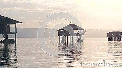 Bela visão das casas de bangalô no mar Destino de viagem tropical filme