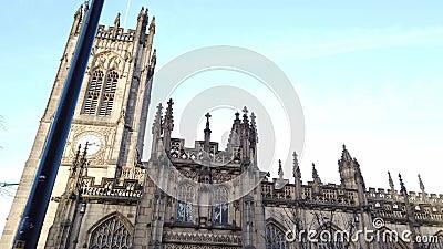 Belangrijk oriëntatiepunt in de stad de Kathedraal van Manchester - MANCHESTER, ENGELAND - JANUARI 1, 2019 stock videobeelden
