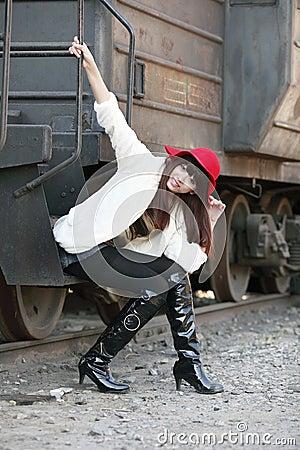 Beleza asiática ao lado do trem