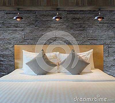 Camera da letto con il muro di mattoni fotografia stock   immagine ...
