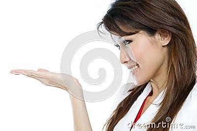 Bella donna asiatica che presenta il vostro prodotto