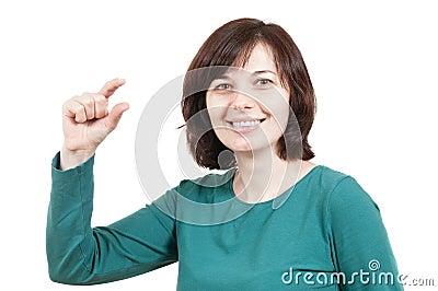 Bella donna che mostra piccolo gesto di cosa