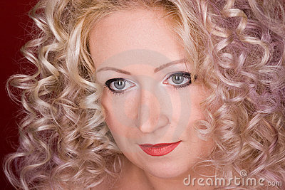 Bella donna con capelli ricci