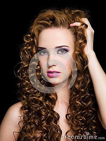 Acconciature capelli ricci lunghi biondi