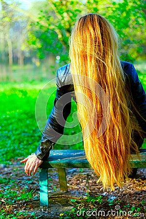 Bella donna lunga posteriore dei capelli biondi