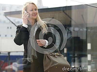 Stock: bella donna matura che parla sul telefono cellulare all aperto