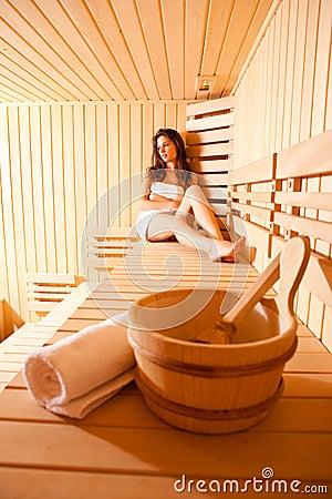 Bella donna Realxing nella sauna finlandese