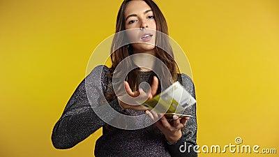 Bella donna ricca che getta fuori le banconote dei soldi stock footage