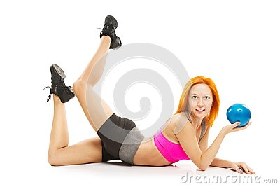 Bella donna sensuale che fa forma fisica con la palla