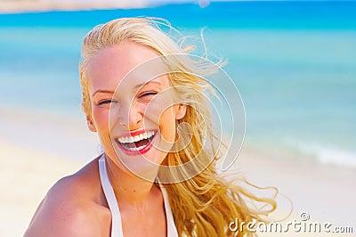 Bella femmina alla spiaggia