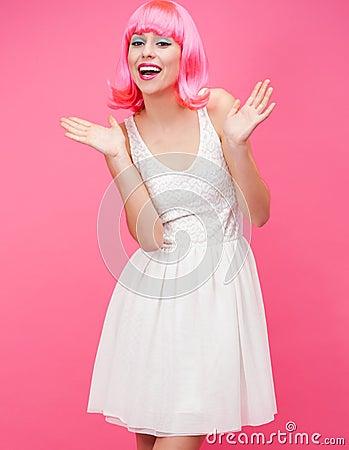 Bella giovane donna sopra fondo rosa