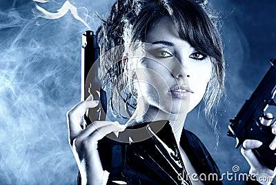 Bella pistola sexy della holding della ragazza