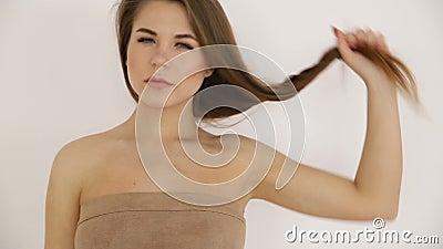 ragazza adolescente che balla nuda