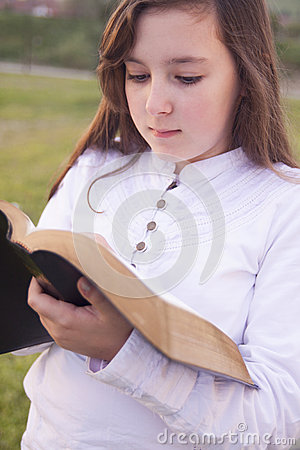 Bella ragazza che legge bibbia santa