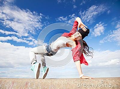 Bella ragazza di dancing nel movimento