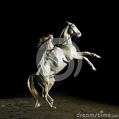 bella ragazza su un cavallo bianco thumb16973108