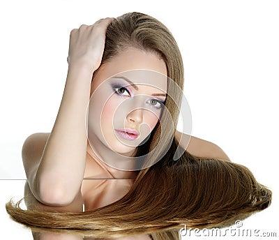 Bella ragazza teenager con capelli diritti lunghi