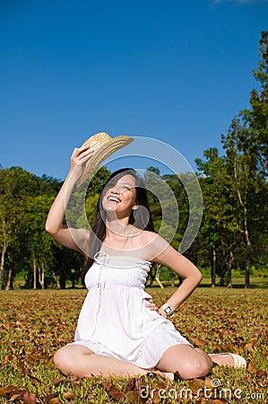 Bella ragazza asiatica nel parco