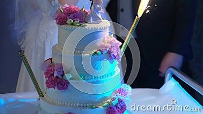 Bella torta nuziale con candele accese stock footage
