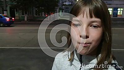 Belle adolescente gonflant la bulle de chewing-gum. Fille de la mode moderne banque de vidéos