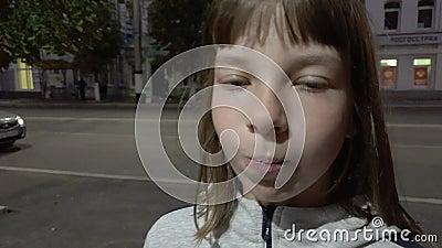 Belle adolescente gonflant la bulle de chewing-gum Fille de la mode moderne clips vidéos